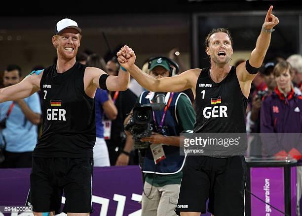 Julius Brink und Jonas Rekermann bejubeln den Olympiasieg Olympische Sommerspiele 2012 London Beachvolleyball Männer Finale Brasilien Deutschland 03...