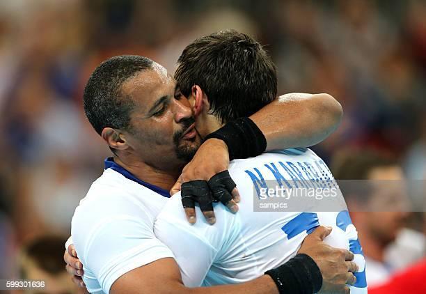Didier DINART umarmt Nikola KARABATIC Olympische Sommerspiele 2012 London Handball Männer Finale Schweden Frankreich 2122 Basketball Arena Olympic...