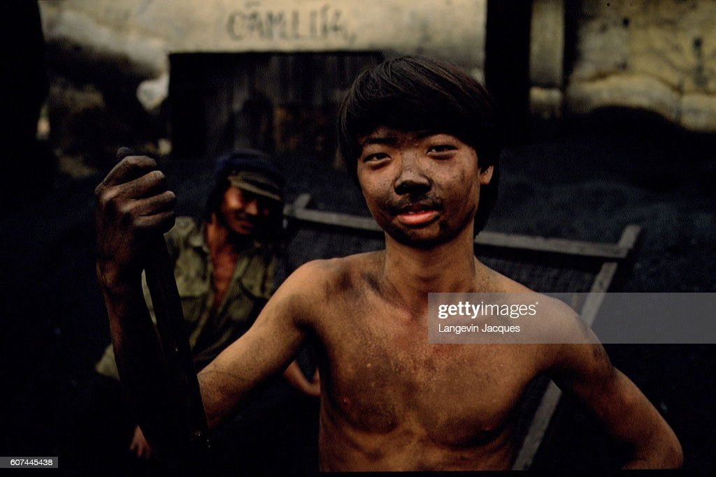 VIETNAM: CHILDREN COLLECTING AND SORTING OUT COAL : News Photo