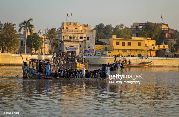 sadh belo island of river indus - etnia indo asiatica foto e immagini stock