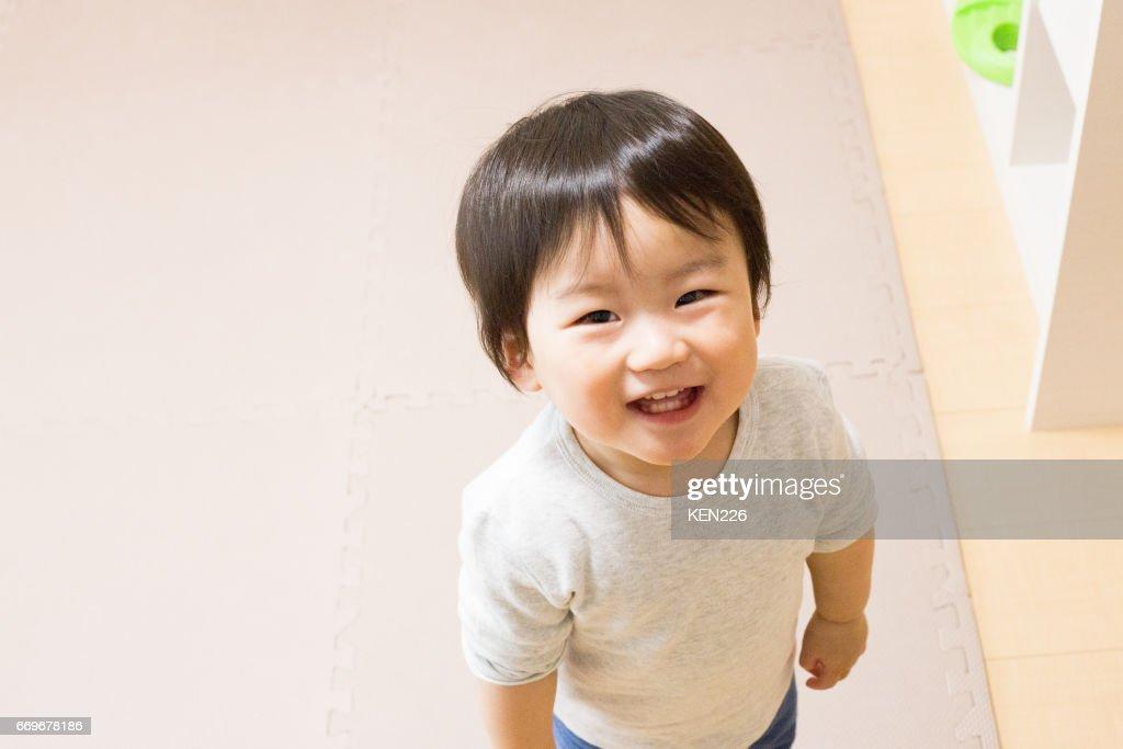 見上げる男の子 : ストックフォト
