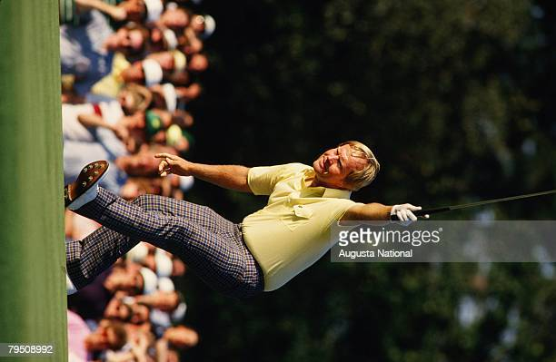 JACK NICKLAUS MAKES BIRDIE ON THE 17TH HOLE DURING THE 1986 MASTERS TOURNAMENT