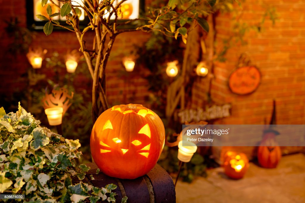 HALLOWEEN, LIT PUMPKIN OUTSIDE RESIDENTIAL HOUSE : Foto de stock