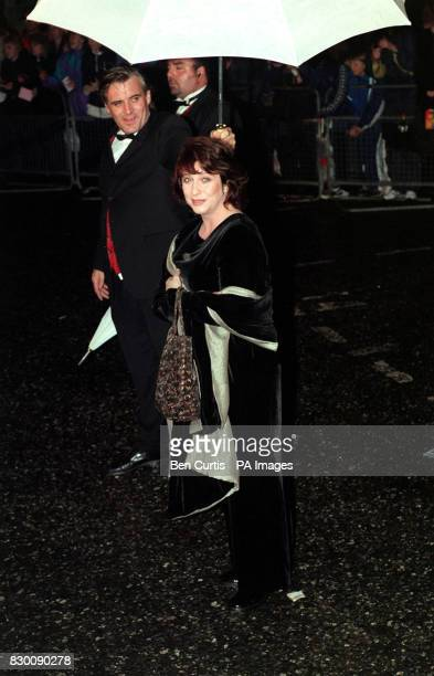 PROGRAMME 'JONATHAN CREEK' ARRIVES AT THE ROYAL ALBERT HALL IN LONDON FOR THE NATIONAL TELEVISION AWARDS 'JONATHAN CREEK' WON THE AWARD FOR MOST...