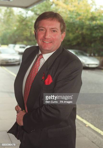 """PA NEWS PHOTO 5/11/98 ACTOR GRAHAM COLE, WHO PLAYS PC STAMP IN """"THE BILL"""", AT THE CHAMPION CHILDREN AWARDS, HELD AT THE SAVOY HOTEL IN LONDON."""
