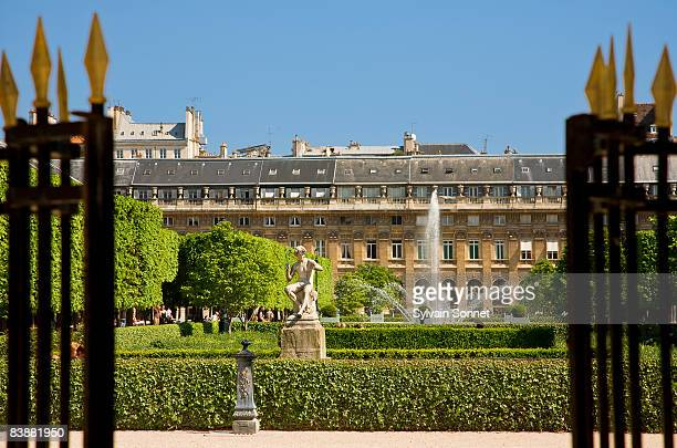 palais royal gardens,  paris, france - palais royal stock pictures, royalty-free photos & images