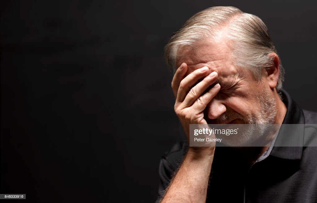 SENIOR MAN WITH HEADACHE AMNESIA : Stock Photo