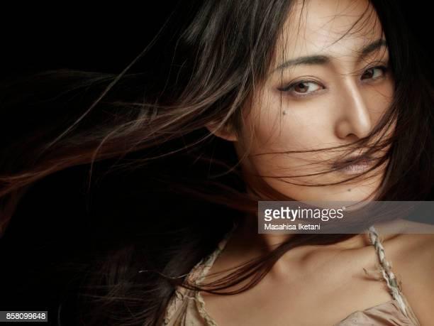 髪が風になびいている女性
