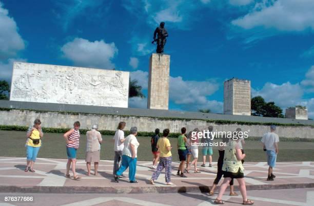 CUBA TOURISTS WALK PAST THE STATUE TO CHE GUEVARA IN SANTA CLARA CDREF00601