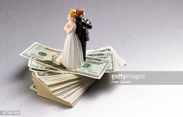 DIVORCED ARGUING COUPLE ON DOLLARS