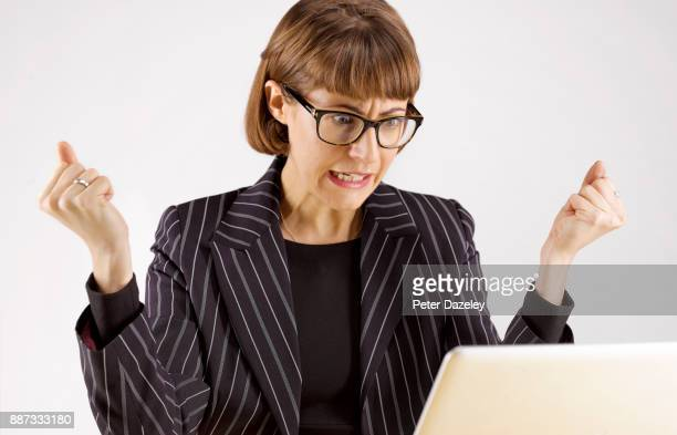 very angry and frustrated business woman on laptop - prazo - fotografias e filmes do acervo