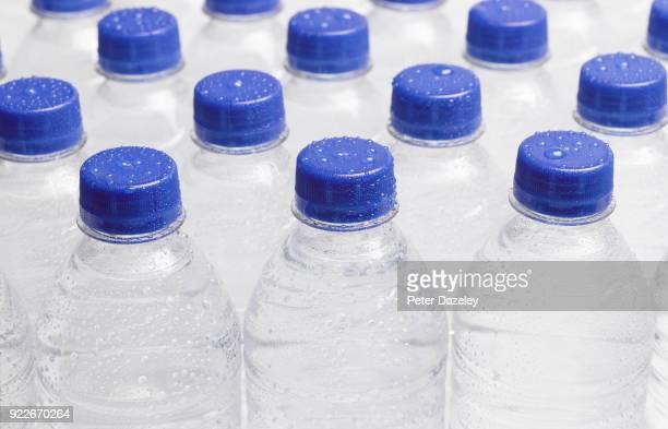 refreshing ice cold still bottled water - agua purificada fotografías e imágenes de stock