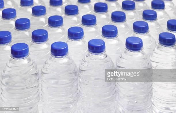 production line of drinking water bottles - água purificada imagens e fotografias de stock