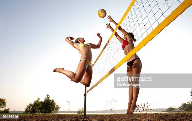spike and block - beachvolleybal stockfoto's en -beelden