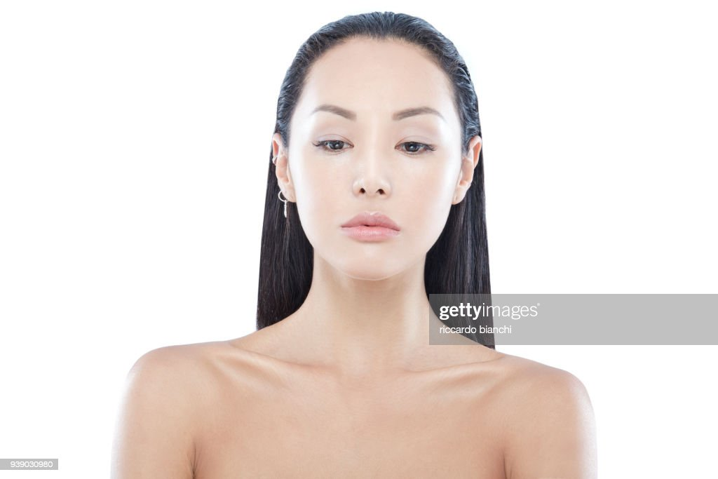 FRONT PORTRAIT OF A YOUNG ASIAN GIRL WITH NATURAL LOOK AND LONG WET HAIR : Stock Photo