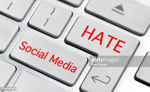i hate social media - furioso foto e immagini stock