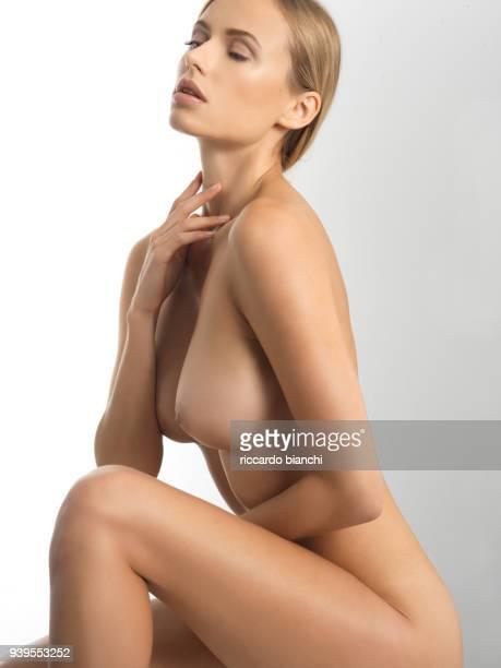 blonde girl sitting naked - chica adulta negra espalda desnuda fotografías e imágenes de stock