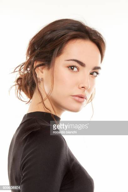 BRUNETTE WOMAN WITH NATURAL LOOK AND A BLACK T-SHIRT