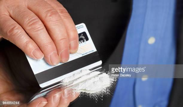 city worker preparing line of cocaine - sniffare droga foto e immagini stock