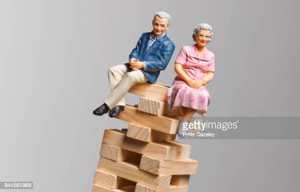 financial difficulties pensioners - finanzen und wirtschaft stock-fotos und bilder