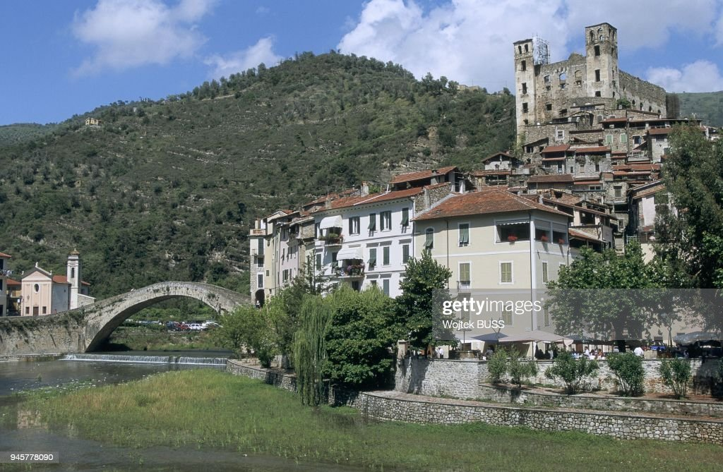 PONTE VECCHIO, DORIA CASTLE AND MADONA CHURCH, DOLCEACQUA, LIGURIA, ITALY : News Photo