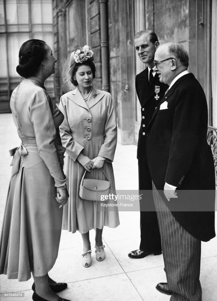 1948, PARIS, ELYSEE PALACE, FRENCH PRESIDENT VINCENT AURIOL WITH PRINCESS ELIZABETH AND THE DUKE OF EDINBURGH : News Photo