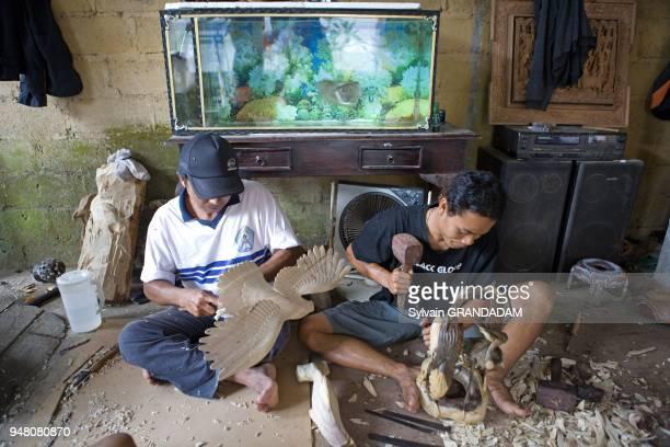 D' UNE USINE A SCULPTURES POUR TOURISTES KINTAMANI ILE DE BALI INDONESIE