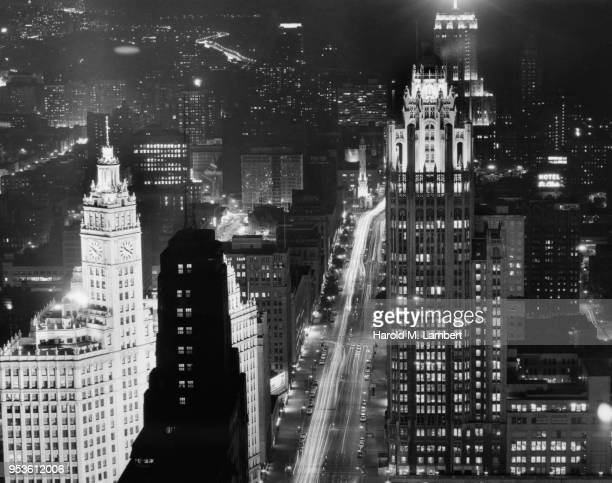 UNITED STATES, CHICAGO, VIEW OF CROWDED CITYSCAPE AND VEHICLES MOVING ON STREET AT NIGHT