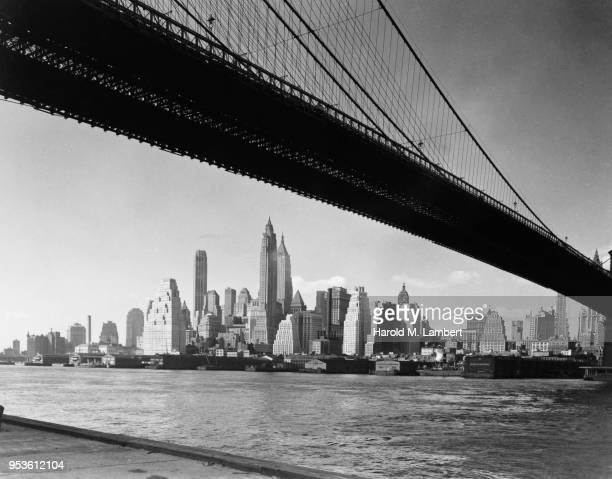 USA, NEW YORK STATE, NEW YORK CITY, LOWER MANHATTAN, VIEW OF MODERN SKYLINE WITH BROOKLYN BRIDGE