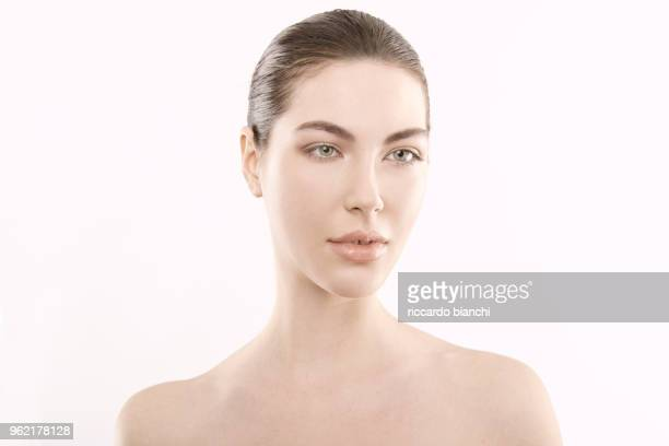 BRUNETTE WOMAN WITH STRAIGHT TIED HAIR AND NATURAL LOOK