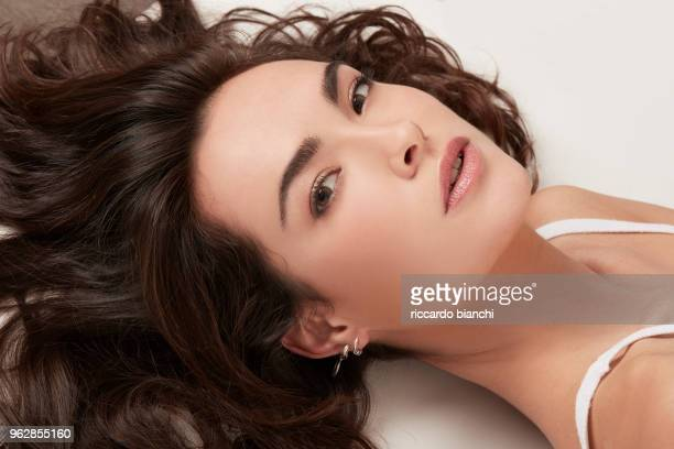 BRUNETTE WOMAN WITH NATURAL LOOK AND WAVY HAIR