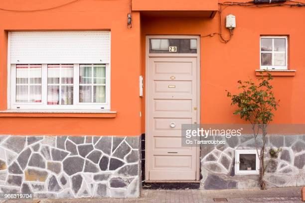 puerta de entrada a una casa de fachada naranja