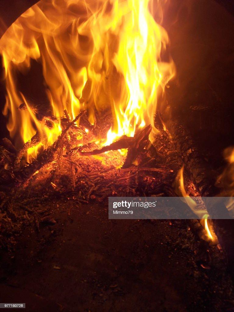 Forno A Legna Immagini fuoco nel forno a legna high-res stock photo - getty images