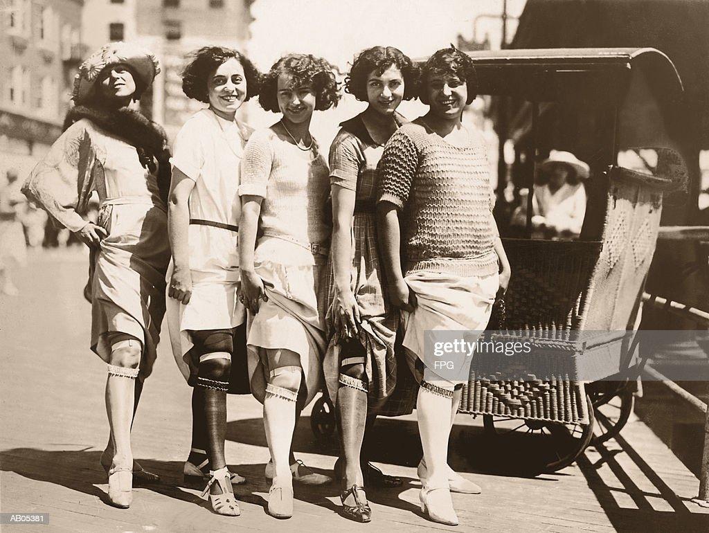 LINE OF WOMEN SHOWING THEIR GARTER BELTS / CIRCA 1920'S : Stock-Foto