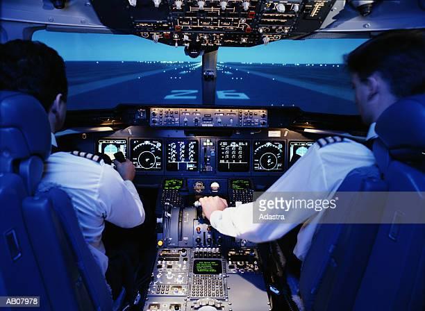 pilot and co.pilot in flight simulator/mc donald douglas md11 - cabine de piloto de avião - fotografias e filmes do acervo