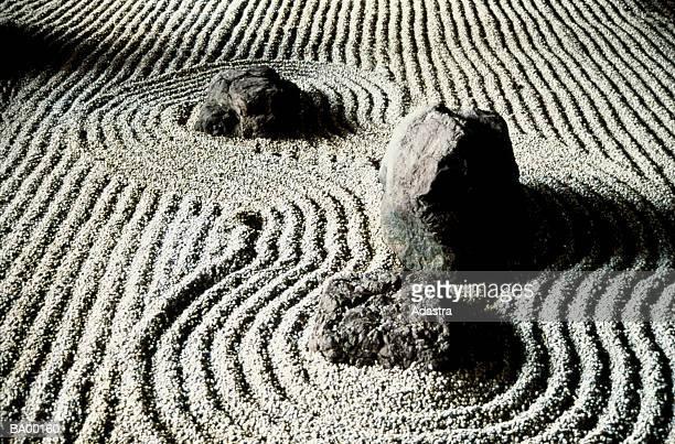 study of rocks in a zen garden / japan - karesansui photos et images de collection