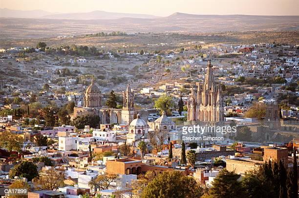 cathedral and city at dusk san miguel de allende, mexico - san miguel de allende fotografías e imágenes de stock