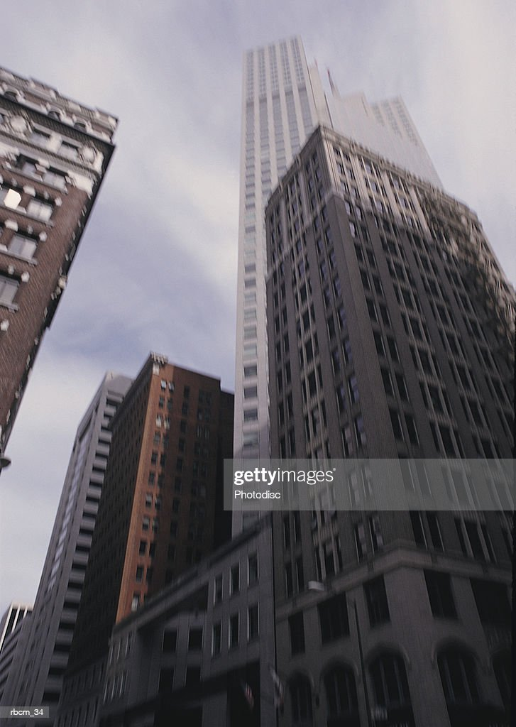 SKYSCRAPERS RISE TO A CLOUDED SKY : Stockfoto