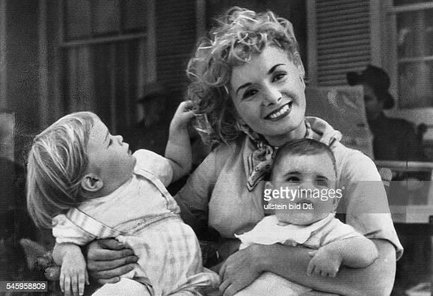 *Schauspielerin USA mit ihren Kindern Carry und ToddOktober 1958