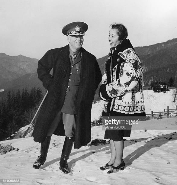 02061882 Offizier und Politiker R mit seiner Ehefrau Maria bei einemWinterspaziergang in der Umgebung vonPredeal in den Karpaten veröffentlicht März...