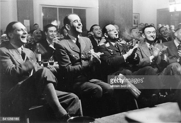 1981Architekt und Politiker, NSDAP, D- mit Mitarbeitern auf einem Kameradschaftsabend: Beifall für die Darbietungen des Zauberers Kalanag; in der...