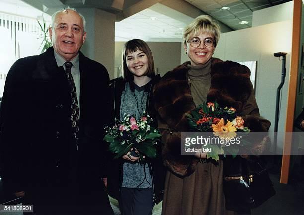 Politiker Russland mit seiner Tochter Irina Virganskaiaund seiner Enkelin Anastasia Virganskaia November 1999