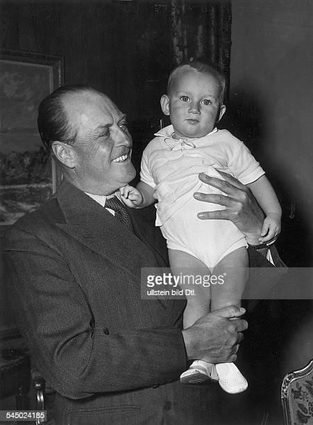 *König von Norwegen 19571991 mit seinem Enkel Haakon Sohn seinerTochter Ragnhild1958