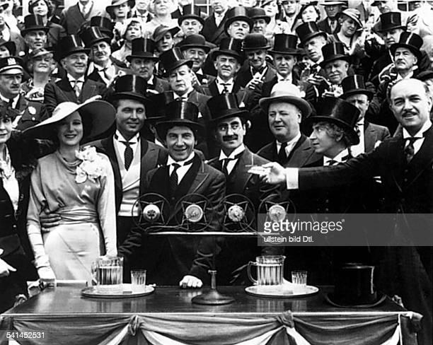 *02101890eigentlich Julius Henry MarxSchauspieler Komiker USAGroucho mit seinen Brüdern Chico und Harpo in dem Film Skandal in der Oper USA 1935...