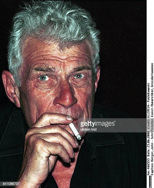 Schriftsteller, Kunst-Theoretiker, GrossbritannienPorträt mit Zigarette