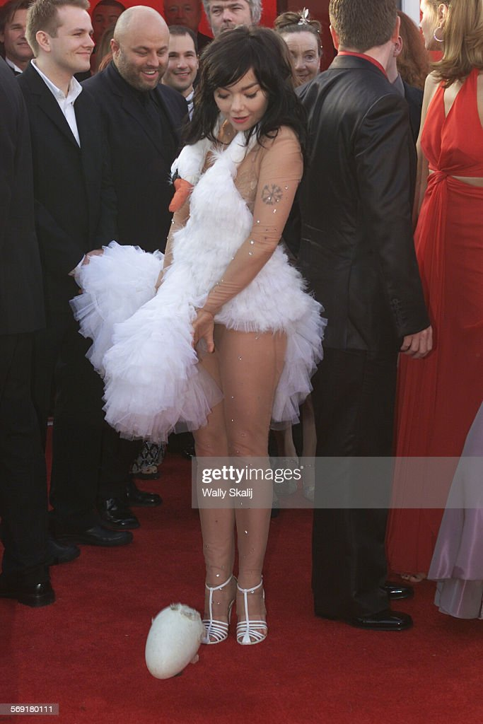 026678.0325.osc66.ws07 –– Bjork at the 73rd Academy Awards at the Shrine Auditorium in Los Angeles o : News Photo