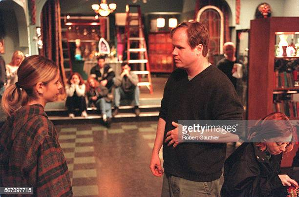 0276300405buffy6RG Joss Whedon creator writer and director of Buffy the Vampire Slayer talks to Sarah Michelle Gellar with cast in background Photo...