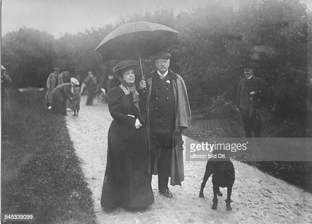 *03051849Politiker DReichskanzler und preussischer Ministerpräsident 19001909mit seiner Ehefrau Maria und Hund 'Mohrchen' 1907