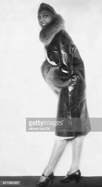 *Tänzerin und Sängerin USA / Fin einem Eidechsenmantel mitPelzkragen und Pelzstulpen veröffentlicht in `Die Dame' Nr 211927