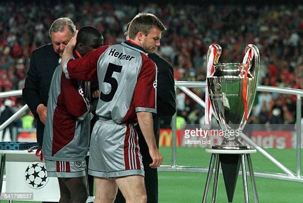 Sportler Fussball Ghana Champions League Finale in BarcelonaManchester United Bayern München 21 wird nach der Siegerehrung von ThomasHelmer getröstet...